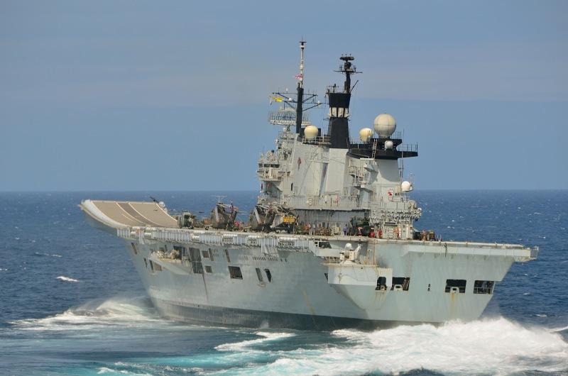 (UK) Portsmouth-based aircraft carrier HMS Illustrious up ...