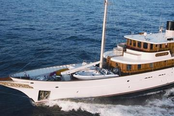 "Which Celebrity Owned This ""Vintage-Look"" Boat?"